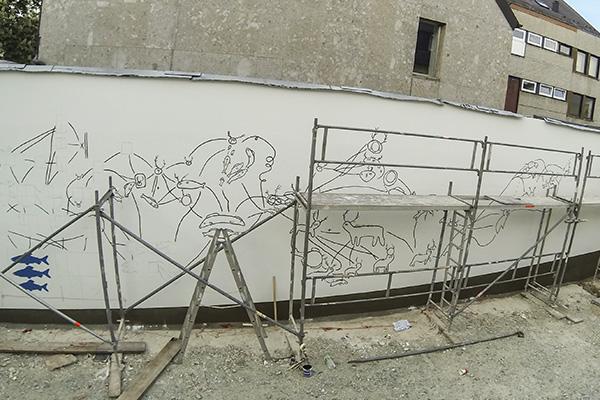 """Projekt """"wir2-my2"""" Hausfassade in Selb entsteht - erste Skizzen der Künstlerin Josefin Heitz auf weißer Mauer"""