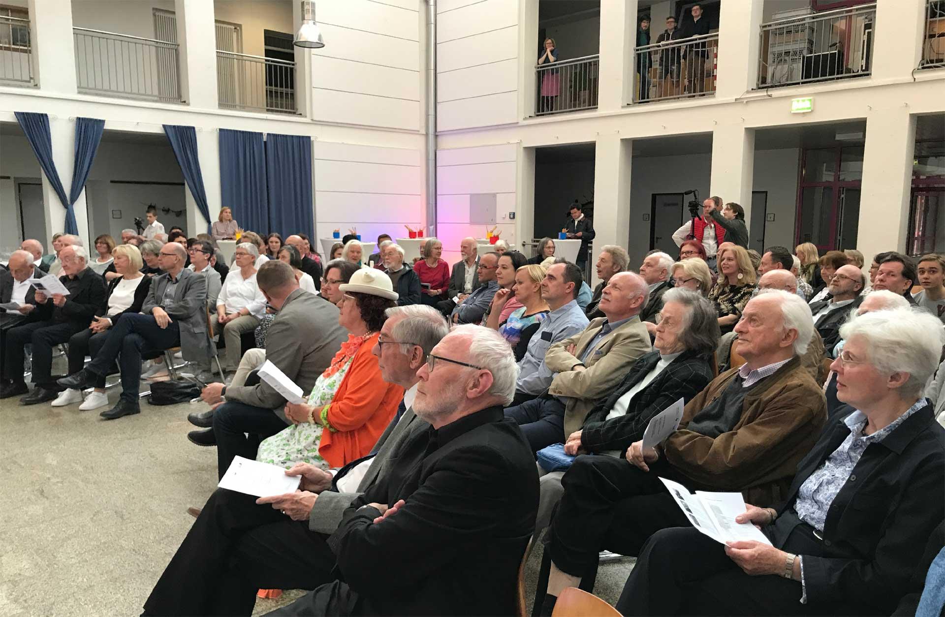Blick ins Publikum Veranstaltung Zeitzeugengespräch im Atrium des Walter-Gropius-Gymnasiums, Selb