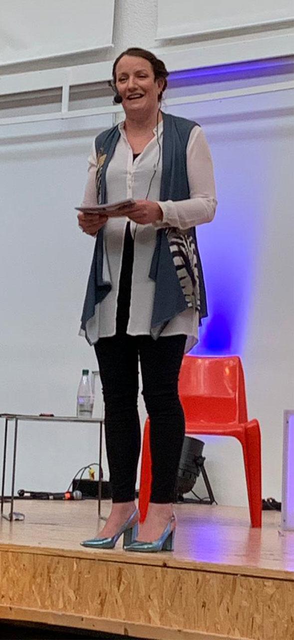Tabea Amtmann (Schulleiterin Walter-Gropius-Gymnasium, Selb) bei der Ansprache