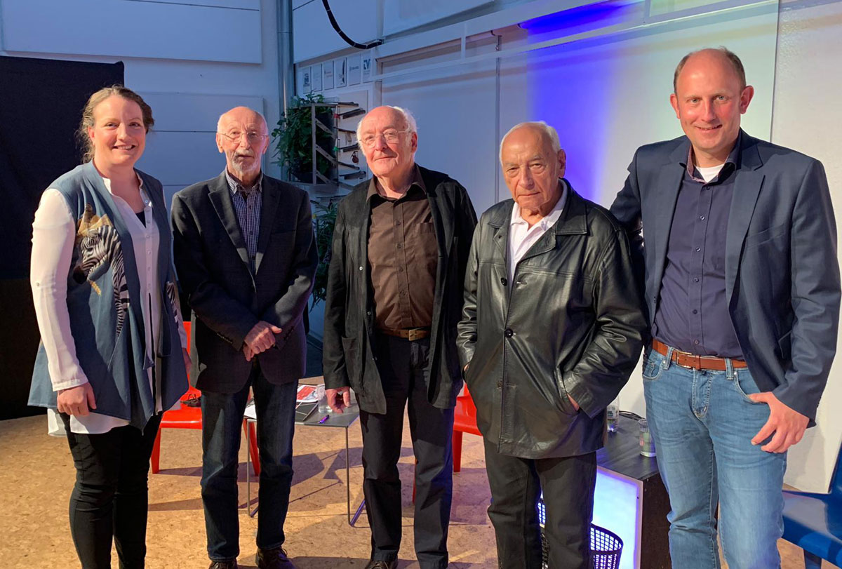 Gruppenbild Moderatoren mit den drei Zeitzeugen