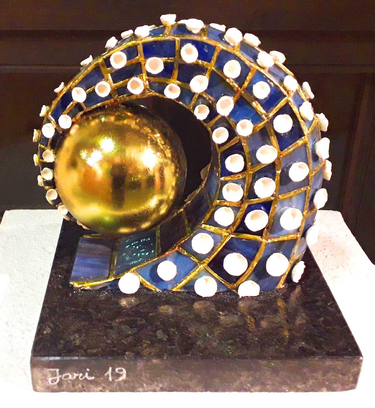 "Werk von Jan Vassinger - Titel:""Im Griff"" - Technik: Tiffany-Plastik"