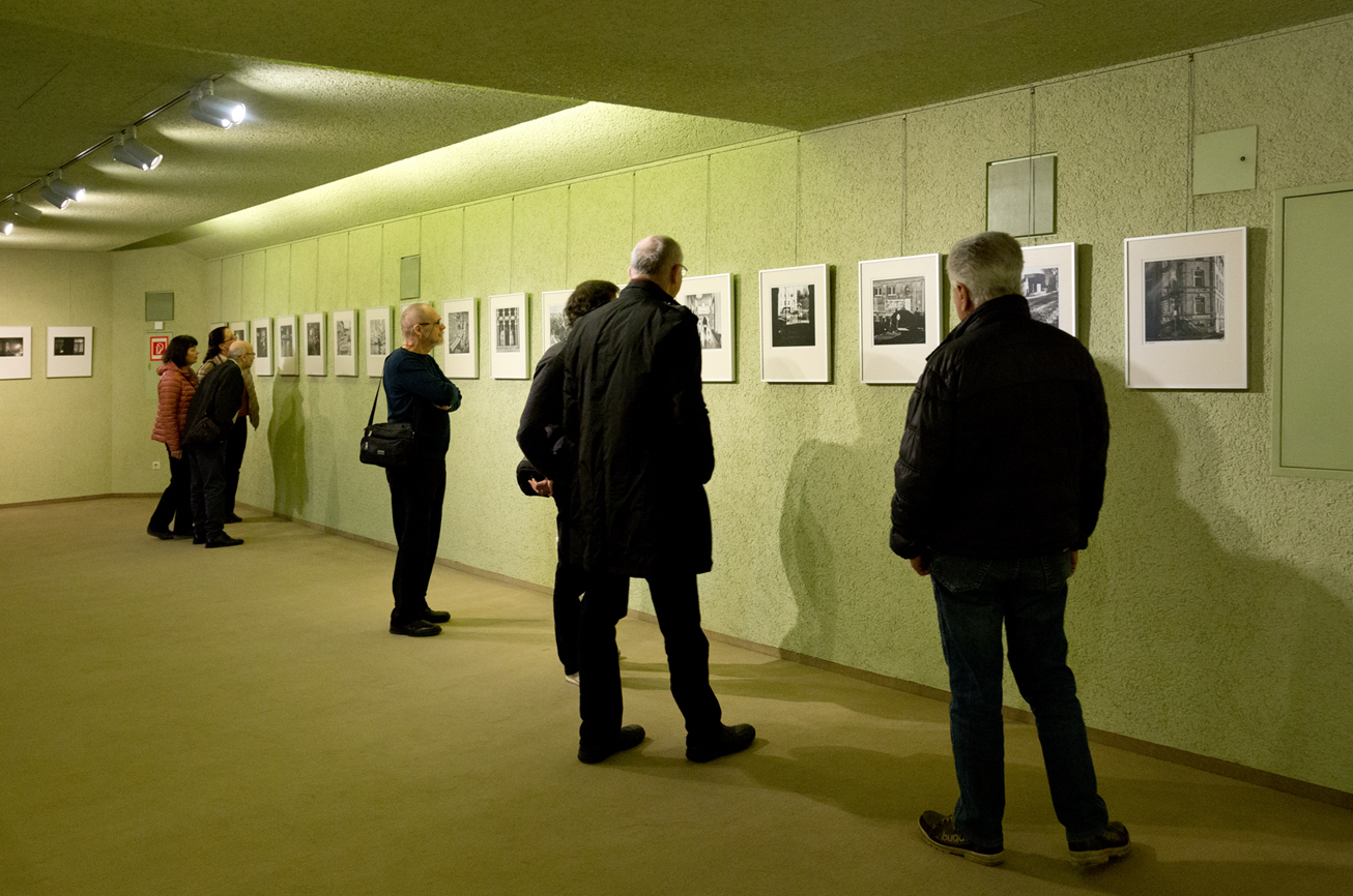 Besucher bei der Vernissage Fotosafari in Selb Rosenthal-Theater