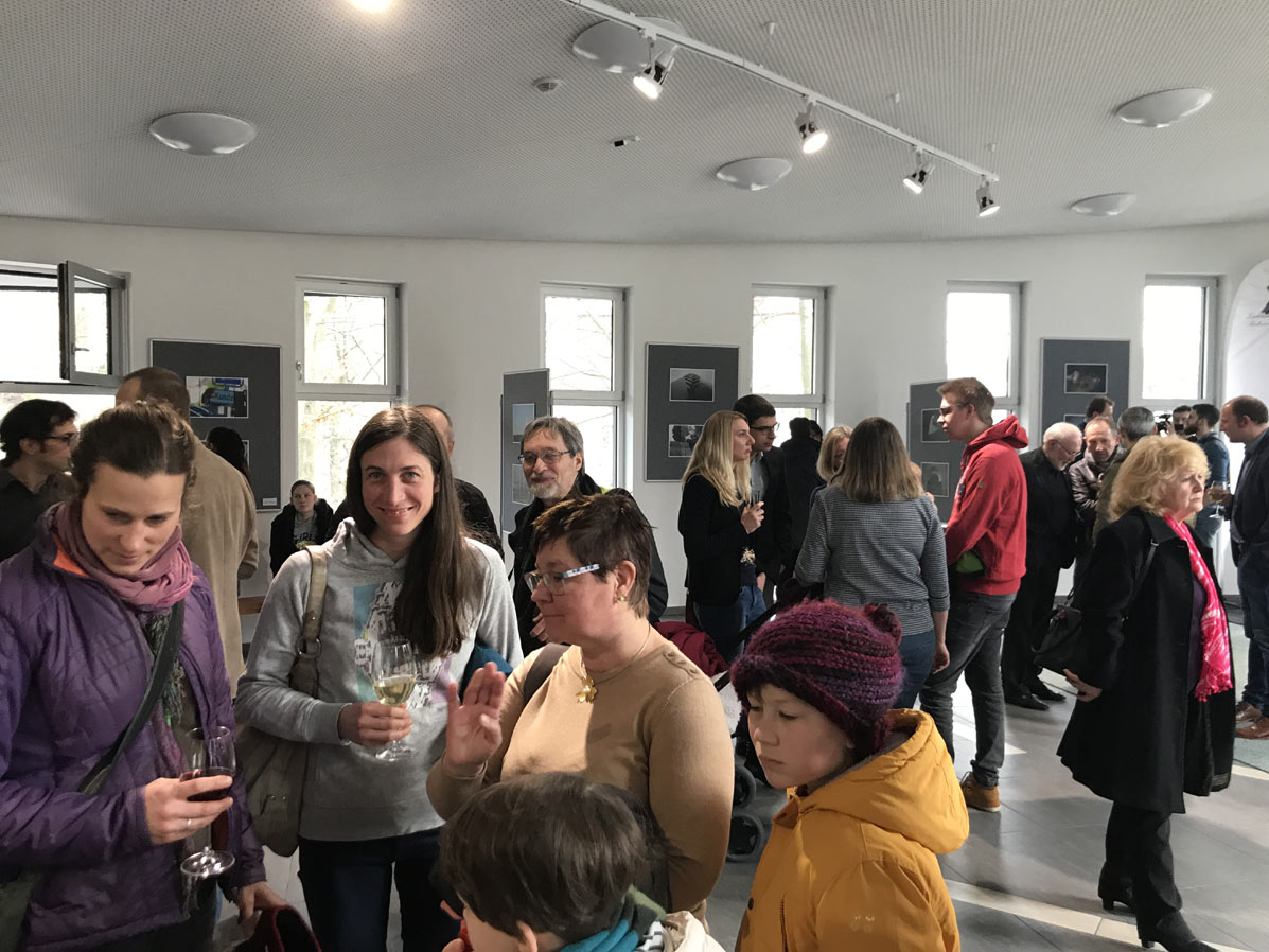 Besucher der Vernissage in Aš