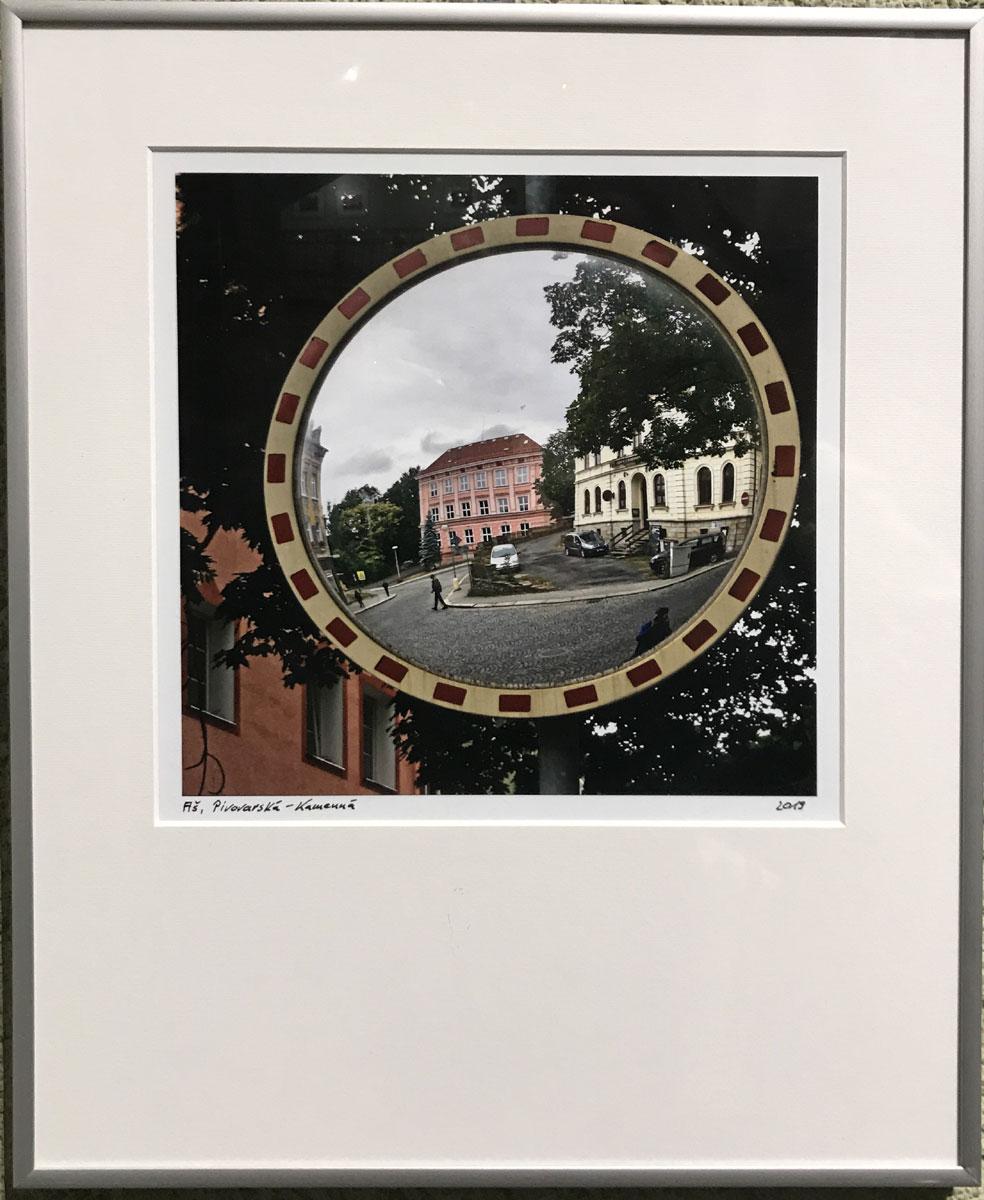 Blick durch einen Spiegel auf die Grundschule in Asch